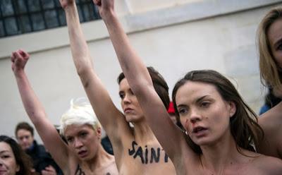 chicas desnudas del FEMEN protestan frente al Papa Benedicto XVI