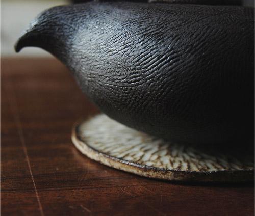 Pièces créées et modelées en grès noir chamotté par Wen Qian Zhu