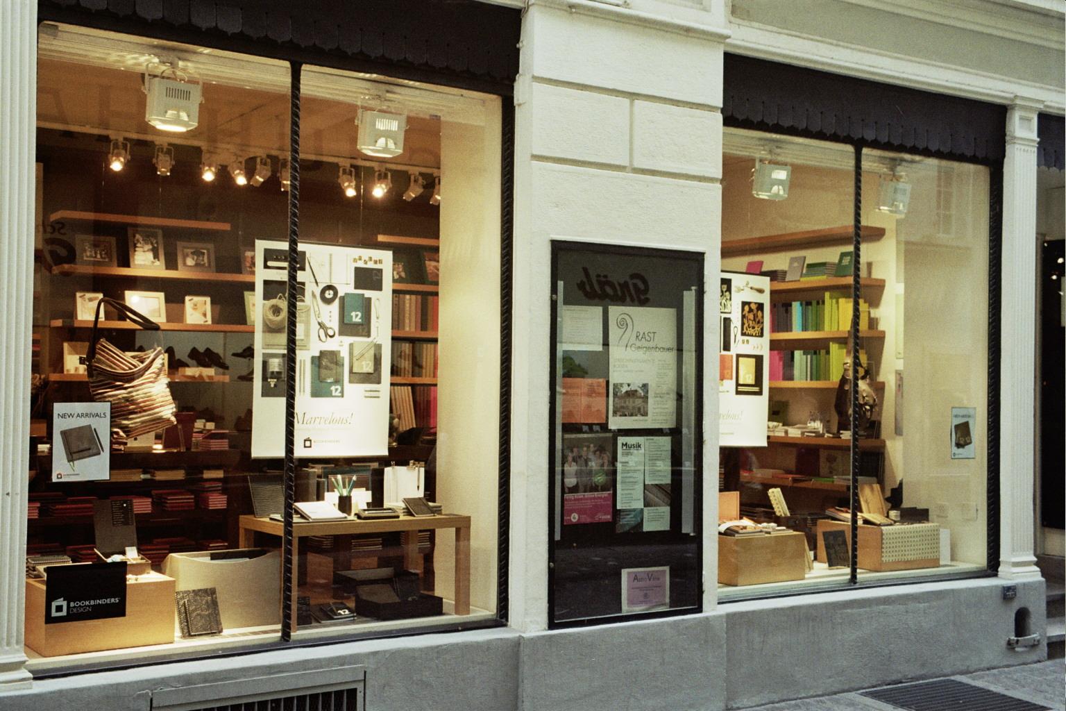 ubimedia mania et si les vitrines des magasins devenaient des planches pingles fa on pinterest. Black Bedroom Furniture Sets. Home Design Ideas
