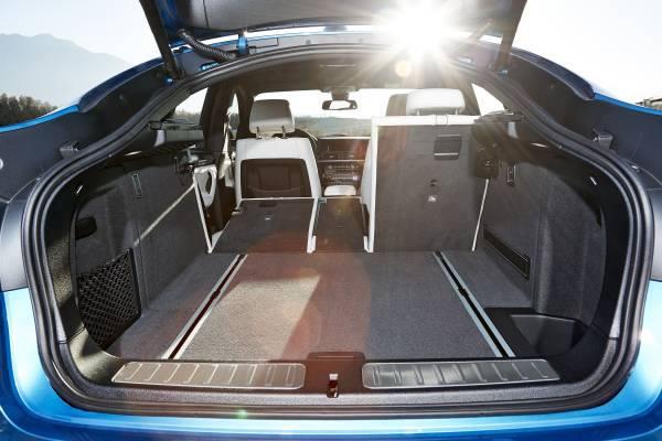 BMW「X4 M40i」のラゲージスペース画像