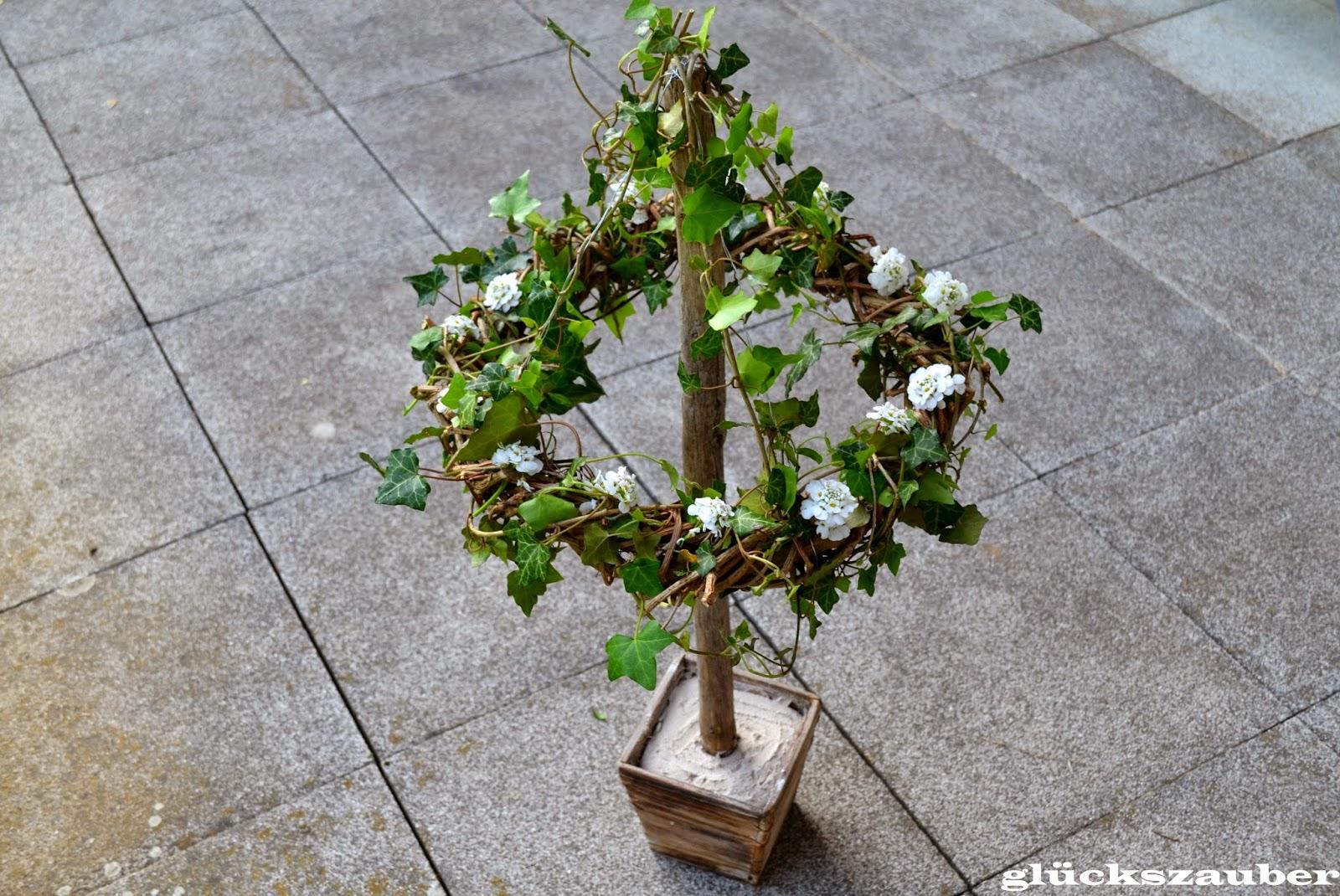 Glückszauber : Diy: Hängender Blumenkranz Und Unser Garten Im Frühling Garten Gestaltung Fruhling Sommer