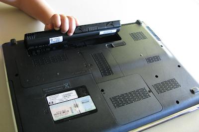 Có nên tháo pin laptop khi sử dụng nguồn điện hay không?