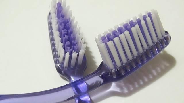 Juntar as escovas de dentes