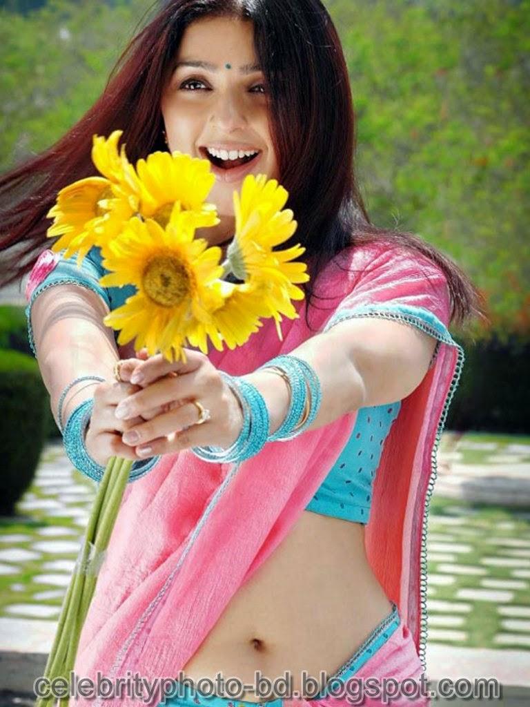 Bhumika+Chawla+Navel+Show+In+Saree001
