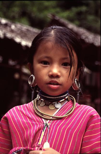 Niña de las tribus del norte de Tailandia