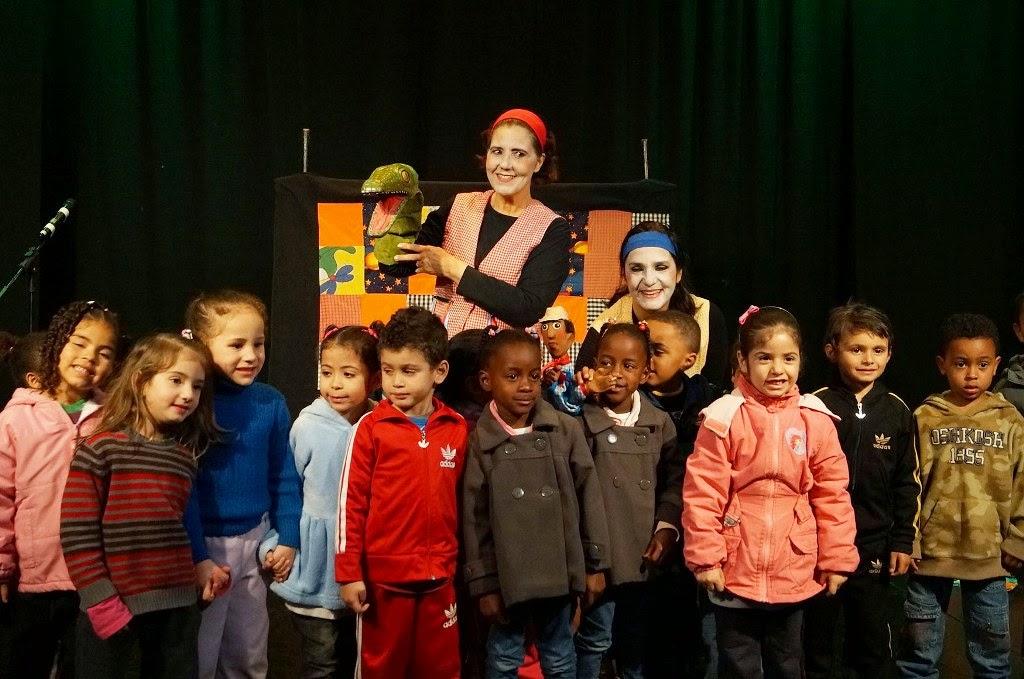 Grupo Pirueta posa com alunos da Escola Municipal Marilia Porto