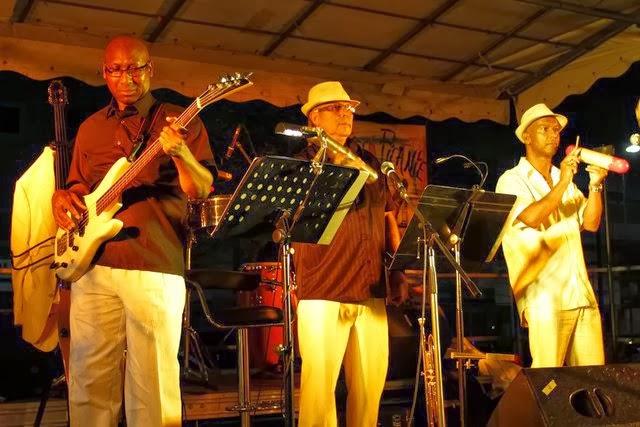 trois musiciens du groupe sauce picante sur scène