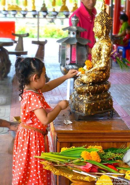 Petite fille au temple en Thailande