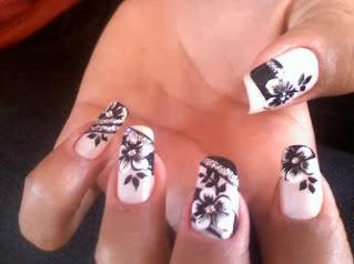 unhas decoradas com flores pretas