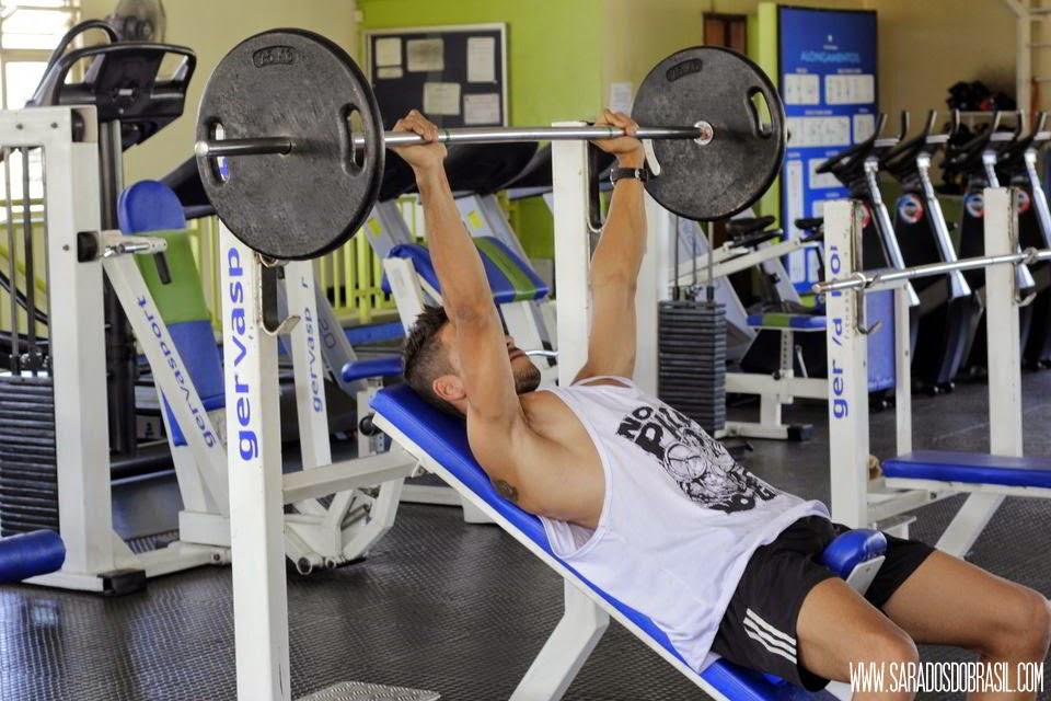 Supino inclinado - 3 séries de 12 repetições - 60 kg - Foto: Marcos Januário