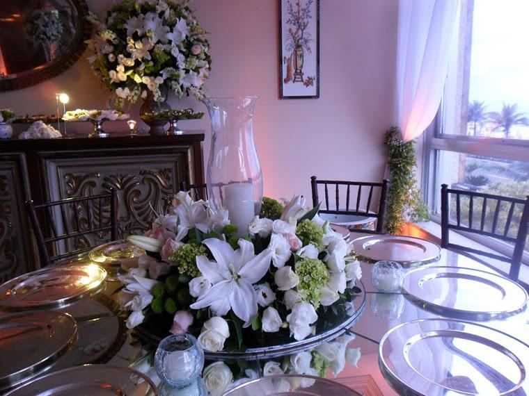 Arranjo de mesa de convidados com donzela de vidro com vela.