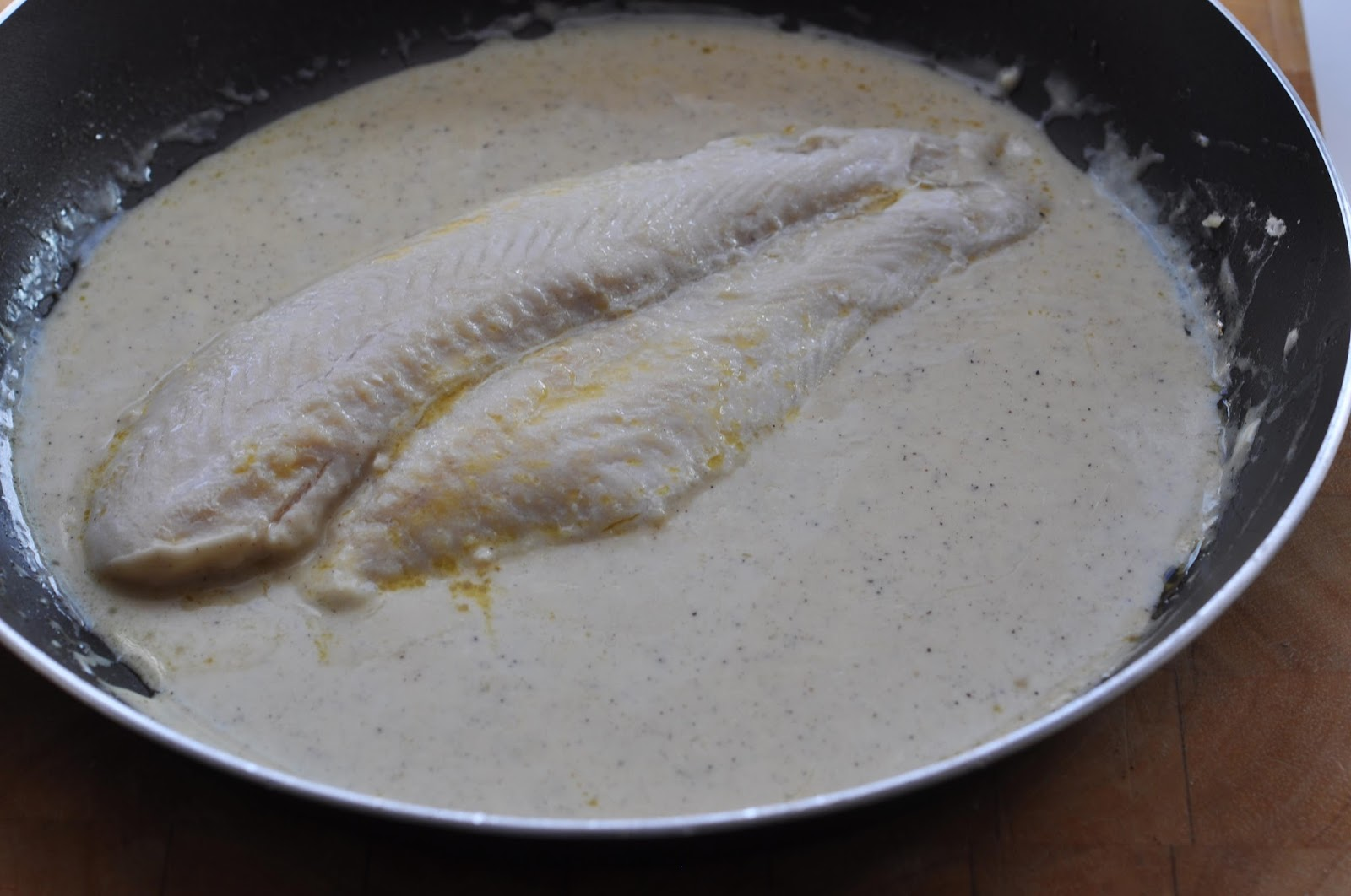 Simple food pan fried river cobbler in white wine fish sauce for White sauce for fish