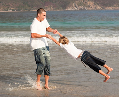 Padre e hijo disfrutando de la frescura del mar