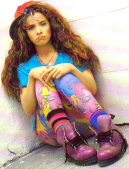 Foto de Gloria Trevi mas joven para uno de sus discos con su antiguo look desgreñado y colorido