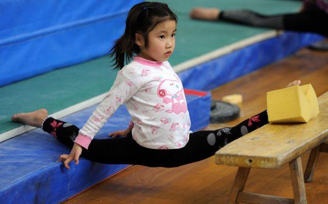 الصين وكيفية صناعة الأبطال الألومبيين China-gymnasium-Olympic-children-18