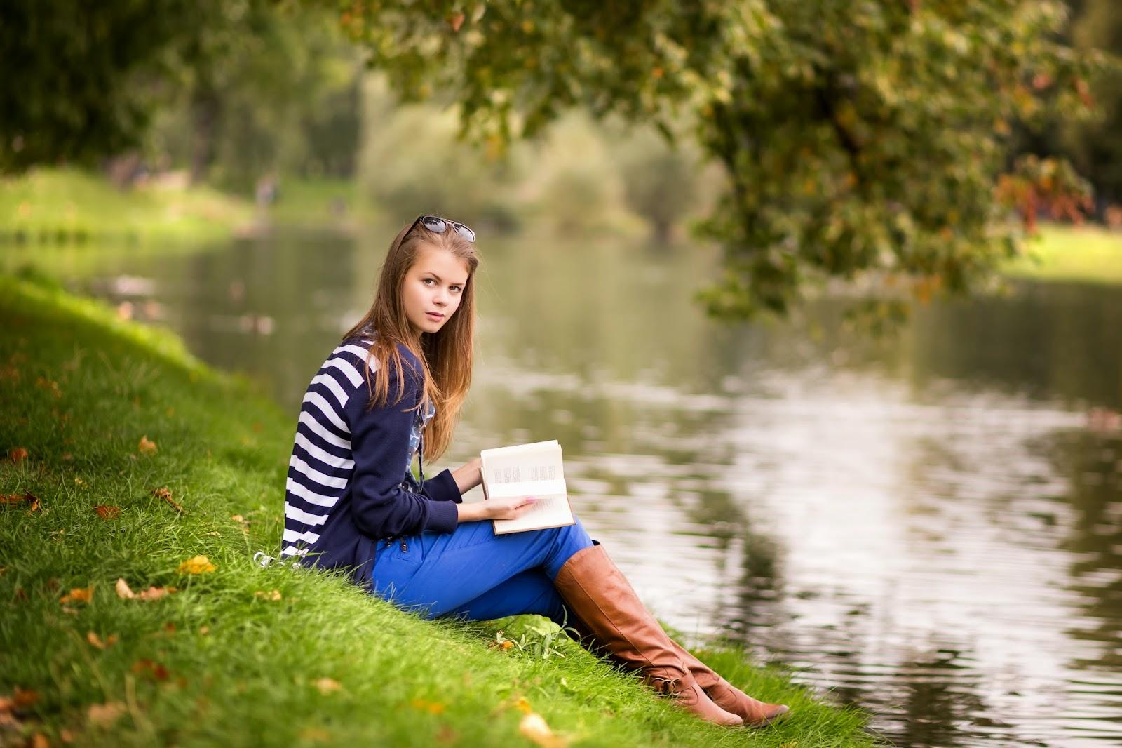 девушка в парке, индивидуальная фотосессия, осень, газон, озеро