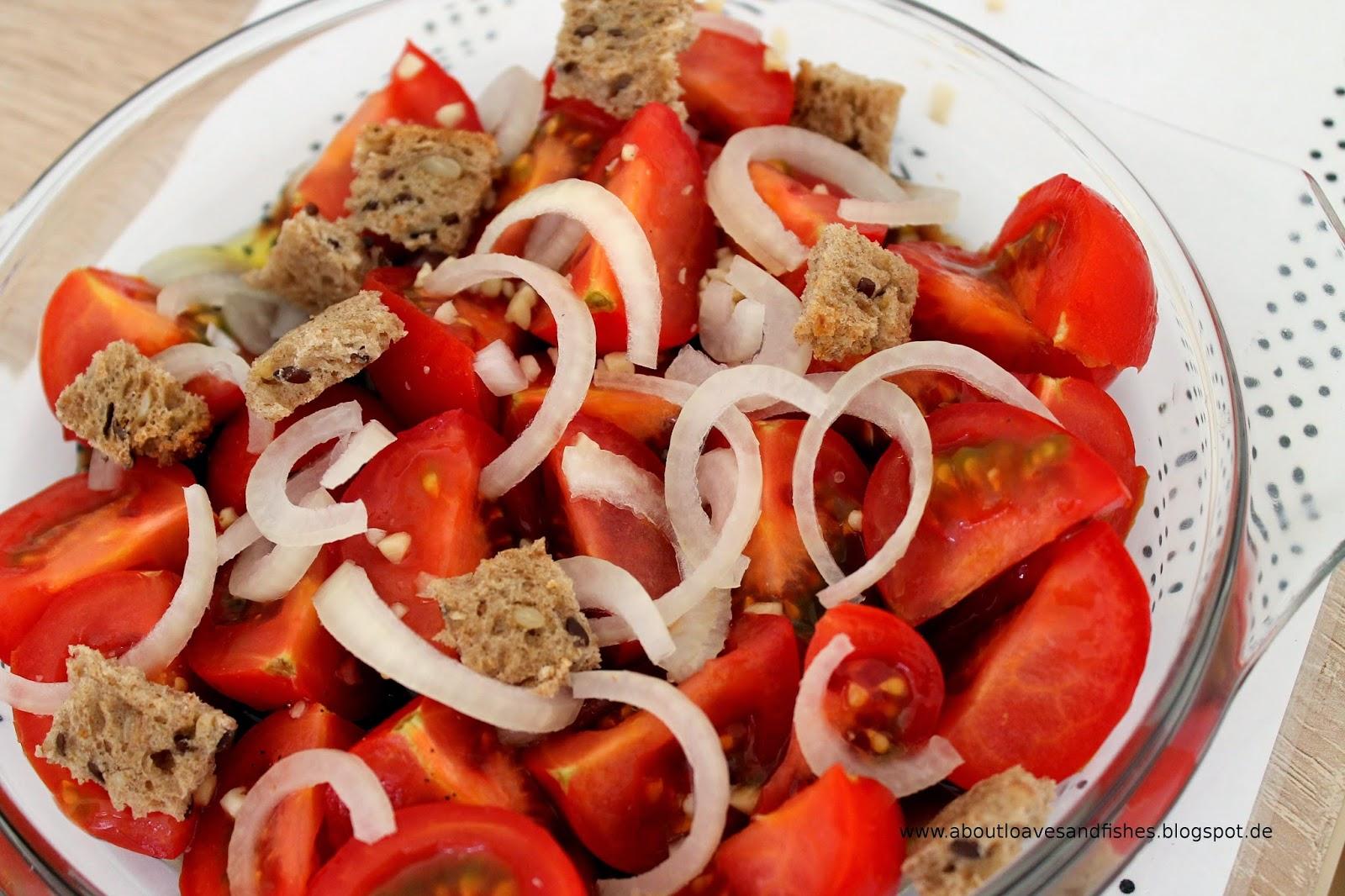 Tomatensalat mit Zwiebeln, Brot und Mandeln