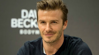 """David Beckham foi muito elogiado pela mulher, Victoria, que falou sobre as propagandas de cueca que o modelo/jogador sempre faz. É tudo dele, é como um tubo de escape de um trator.Depois, o próprio Beckham comentou sobre suas """"partes"""".Eu simplesmente acho que não preciso de nenhum tipo de ajuda neste departamento. Acho que estou muito bem."""