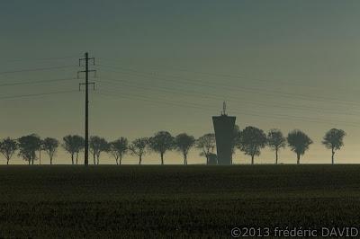 silhouettes arbres château eau campagne pylône contre-jour contraste Seine-et-Marne