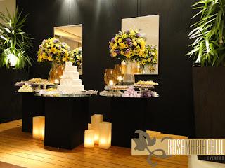 parede cenográfica, espelhos, velas, mesa espelhada