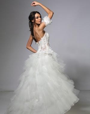 Voici une magnifique collection de robes de mariée Cymbeline.  www.cymbeline.com