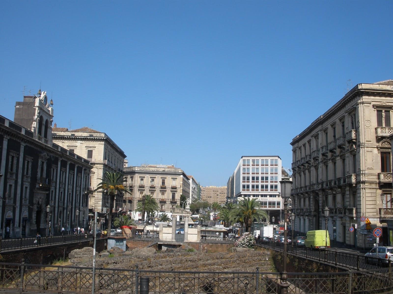Ruinas de Teatro y Anfiteatro, Catania ha sido arrasada siete veces por la lava del volcán.