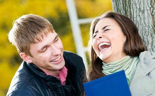 Gambar Orang Pacaran Ketawa Bahagia