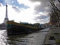 Fond d'écran #3 de JANVIER 2014, avec et sans le calendrier du mois - Péniche sur la Seine (Paris, photo janv. 2012)