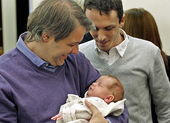 Casal Alejandro Grinblat (à dir.) e Carlos Dermger com o bebê, Tobias (Foto: Leo La Valle/Efe)