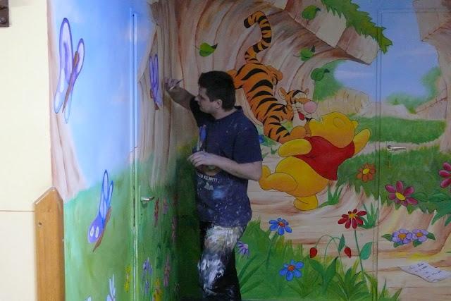 Aranżacja sali przedszkolnej, malowanie obrazu na ścianie
