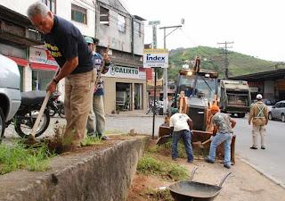 Capina e limpeza na Av. Delfim Moreira, no Vale do Paraíso