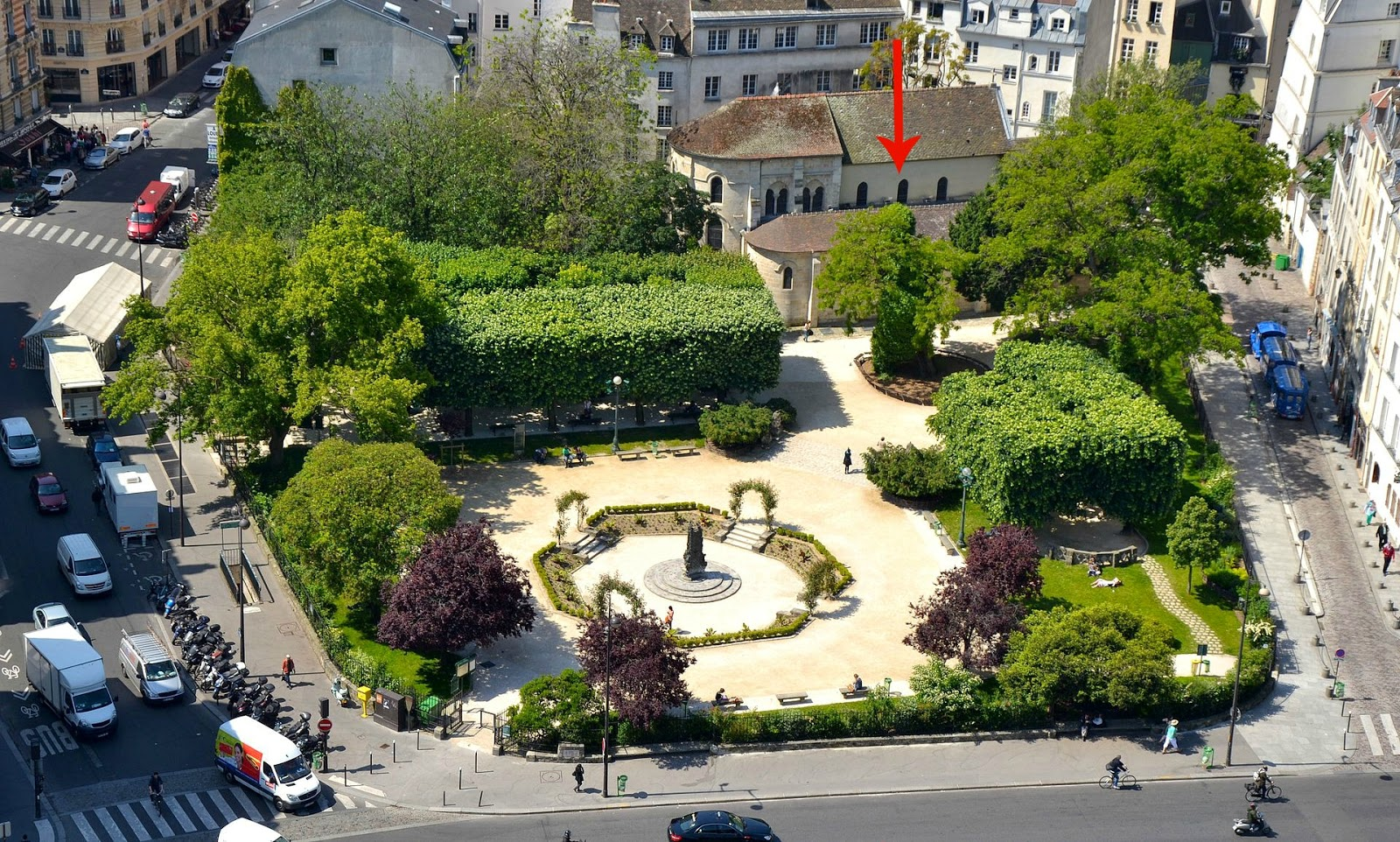 Square René Viviani in Paris, locust tree marked with red arrow