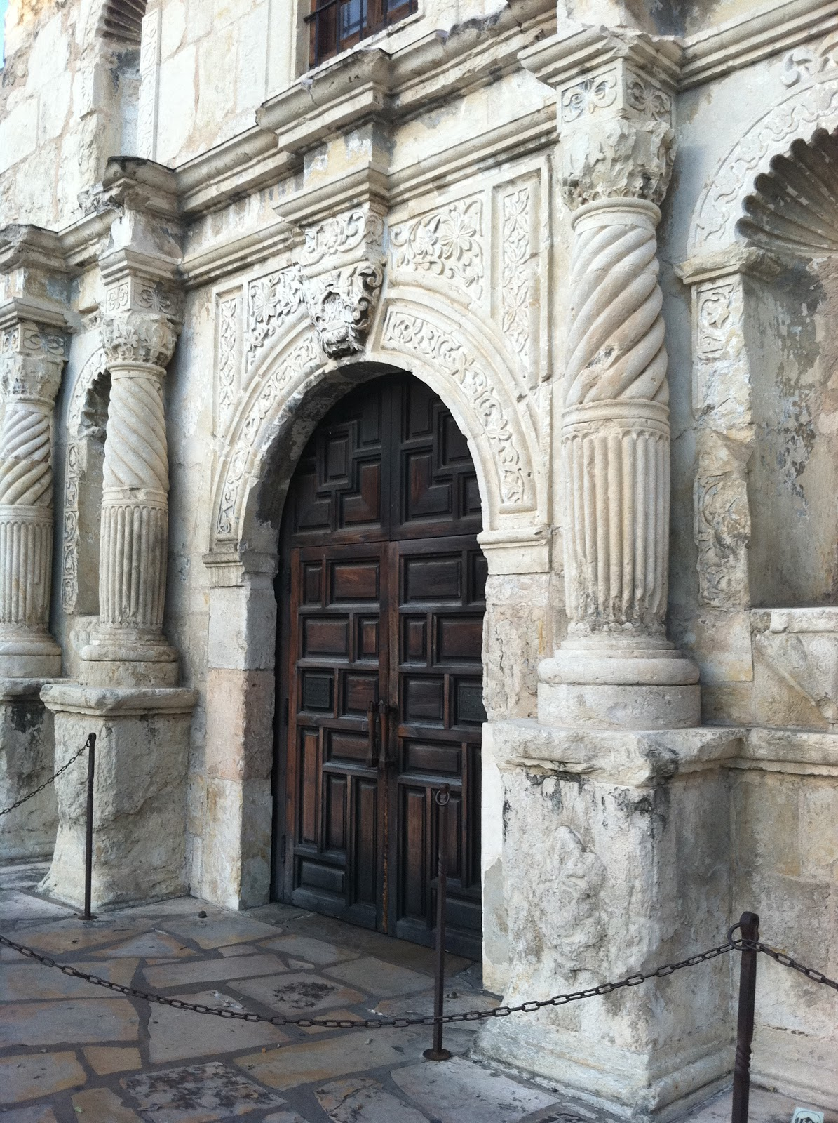 And the weathering on the stone? I mean come on. Can you get any prettier??? & The Modern Sophisticate: Alamo San Antonio