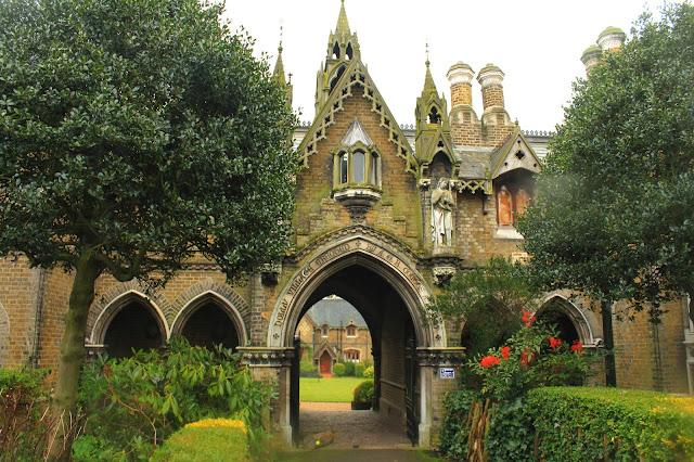 Holy Village Londyn