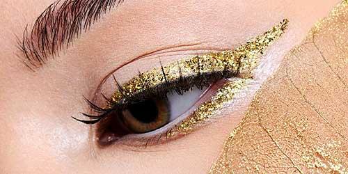 eyeliner con glitter dorado para maquillajes de fiesta
