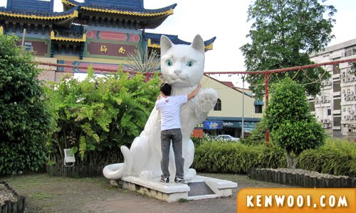 kuching cat statue hug