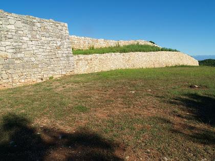 La muralla de 150 metres de longitud del poblat ibèric del Turó del Montgrós