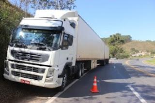 Segundo o motorista do carro de passeio, um veículo Duster [PVH/5032], licenciado em Belo Horizonte, uma carreta cegonheira da Policia Militar [GTS/8409] o cortou próximo ao trecho de estreitamento de pista, antes do trevo.
