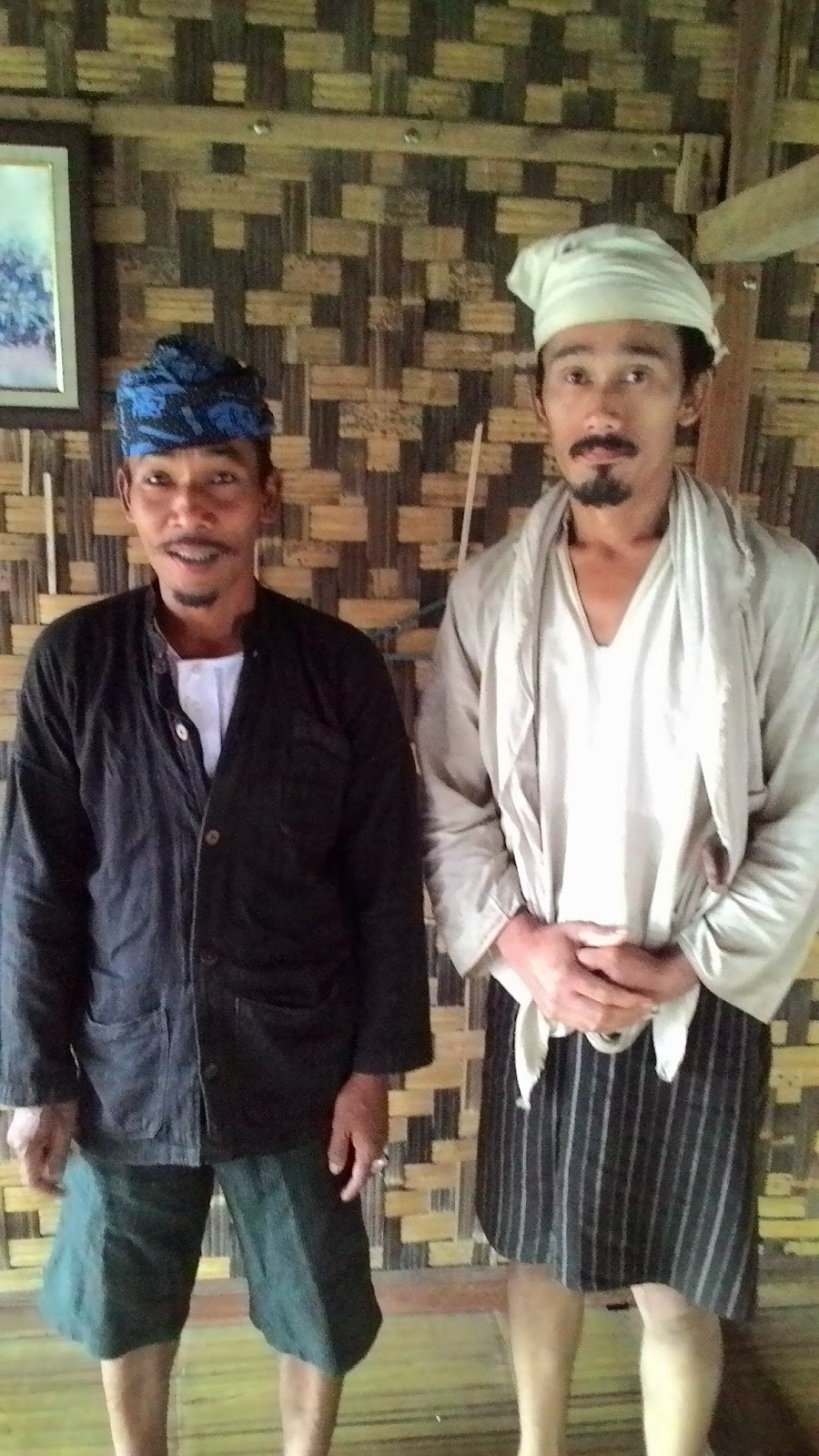 Jaro Saidah (kiri/Baduy Luar khasnya pake ikat kepala batik biru gelap ...