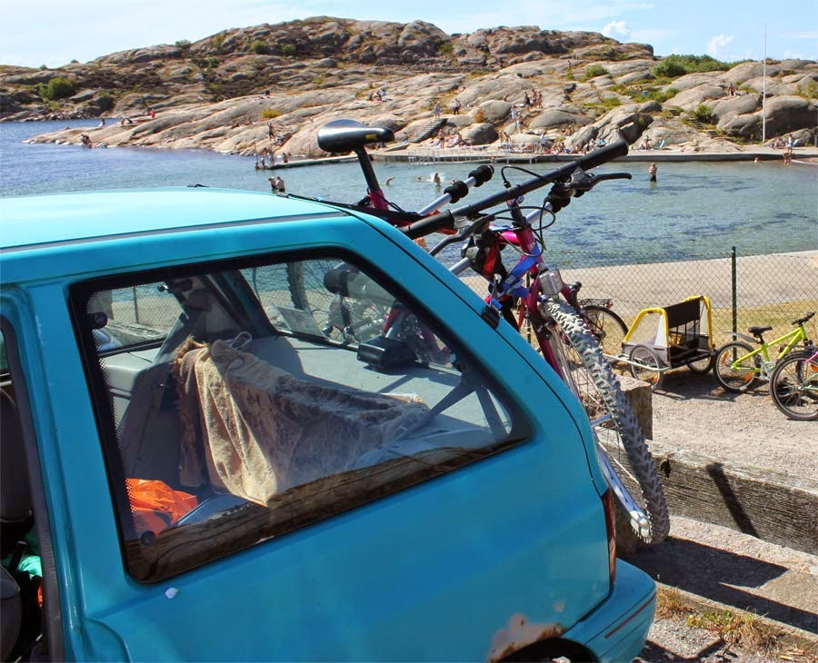 The Kia in Lysekil, with the trustworthy Miyata bike on the back.