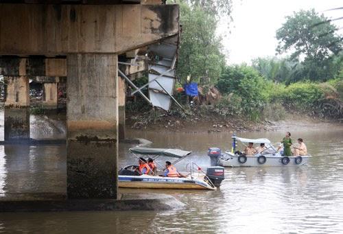 Xà lan đâm nứt cầu ở TP HCM, giao thông bị phong tỏa