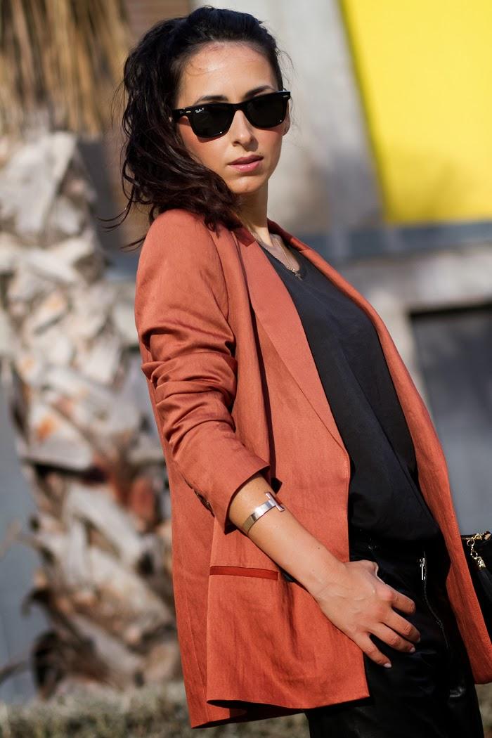 Outfit con blazer color caldera cruzado de Zara