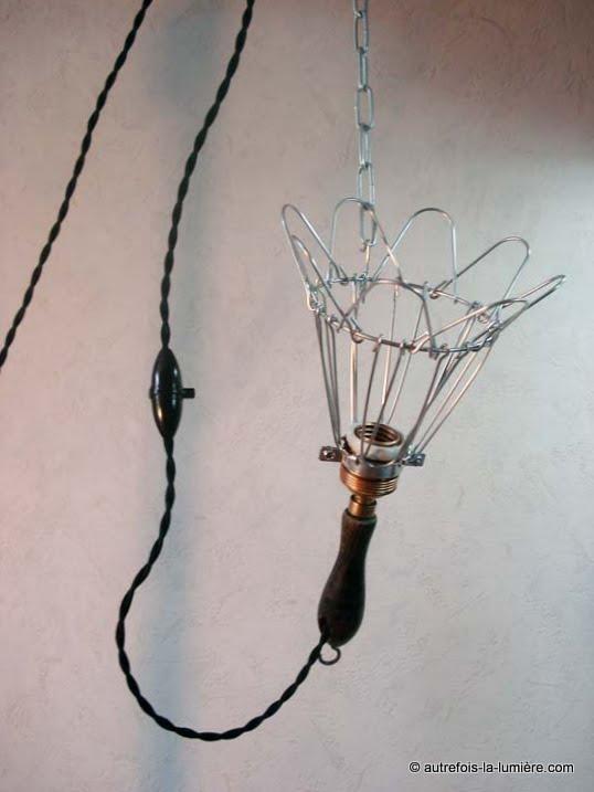 http://www.autrefois-la-lumiere.com/2014/07/lampe-main-dite-lampe-baladeuse-avec.html