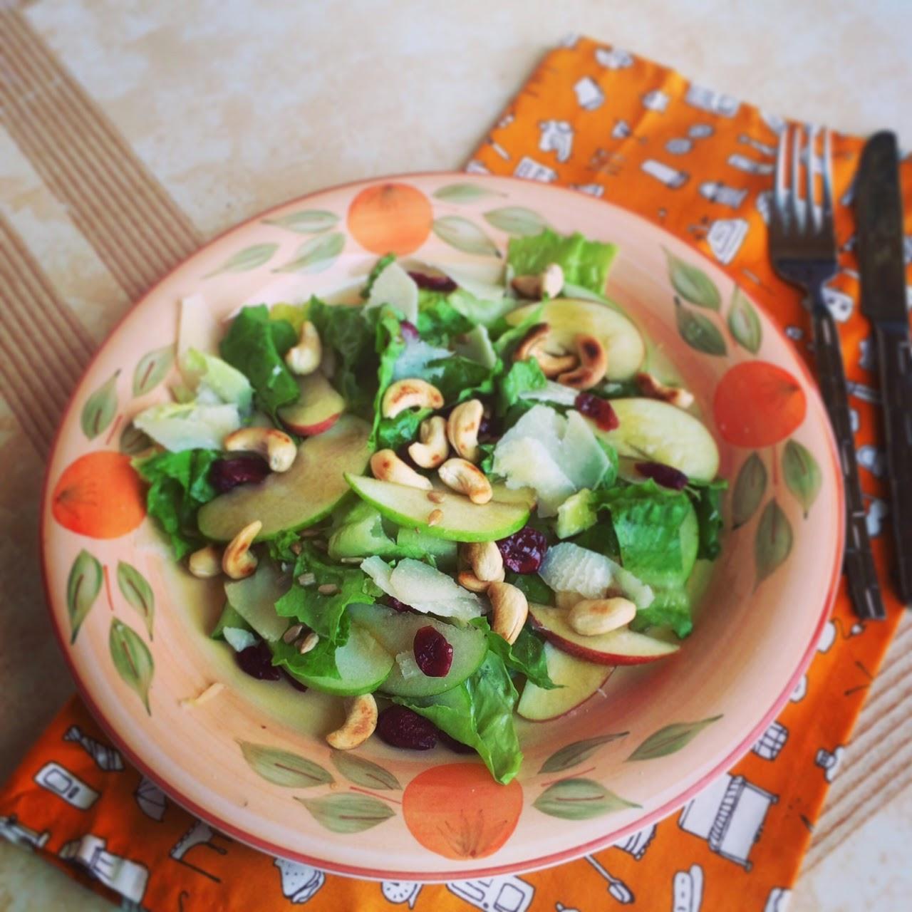 Салат с яблоками, орехами, вяленой клюквой и твердым сыром