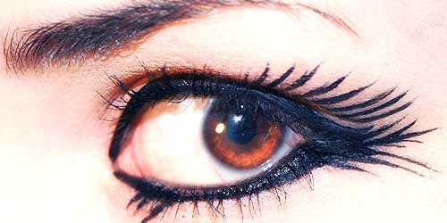 pestañas falsas maquilladas con eyeliner