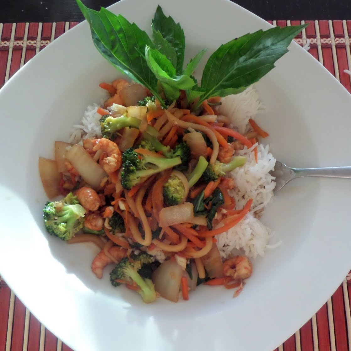Garlic Shrimp Stir Fry:  a healthy stir fry made with shrimp, vegetables, and lots of garlic.