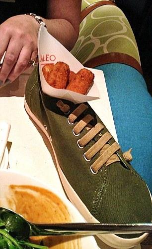 restoran unik dengan menggunakan sepatu sebagai tempat penyajian makanan
