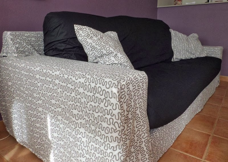 Un sof tapizado con una funda n rdica mi llave allen - Como tapizar un sofa en casa ...