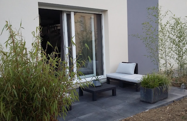 terrasse design dalles noires anthracite carrelage grès cerame 20mm  bambou salon jardin