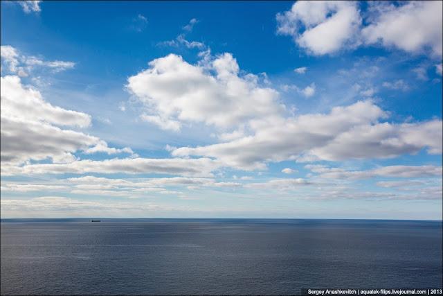 И море... Над морем тишь и благодать...